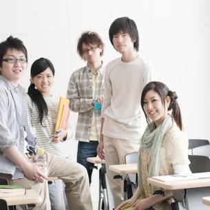 微笑む大学生の写真素材 [FYI04547117]