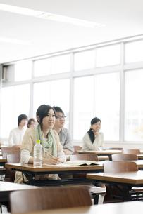 勉強をする大学生の写真素材 [FYI04547122]