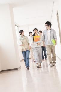 大学の廊下を歩く大学生の写真素材 [FYI04547138]
