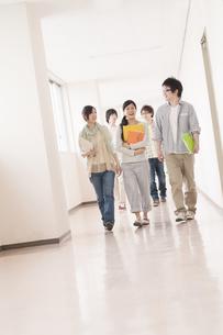 大学の廊下を歩く大学生の写真素材 [FYI04547140]