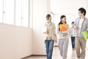 大学の廊下を歩く大学生の写真素材 [FYI04547143]