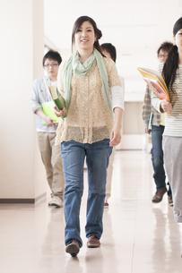 大学の廊下を歩く大学生の写真素材 [FYI04547155]