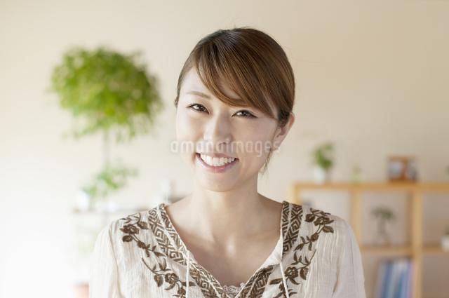 部屋で微笑む女性の写真素材 [FYI04547156]