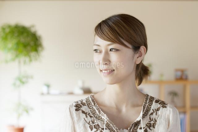 部屋で微笑む女性の写真素材 [FYI04547157]