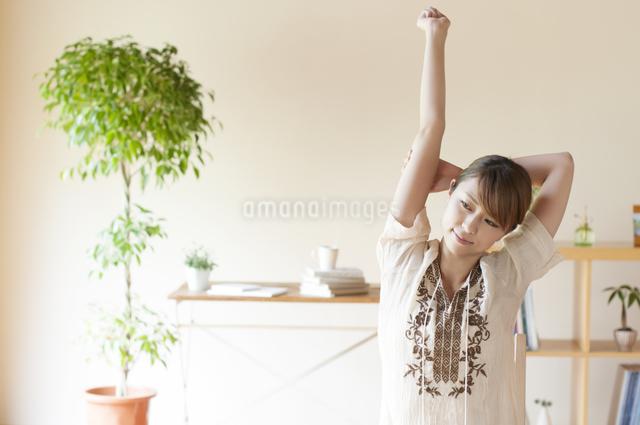 部屋でストレッチをする女性の写真素材 [FYI04547161]