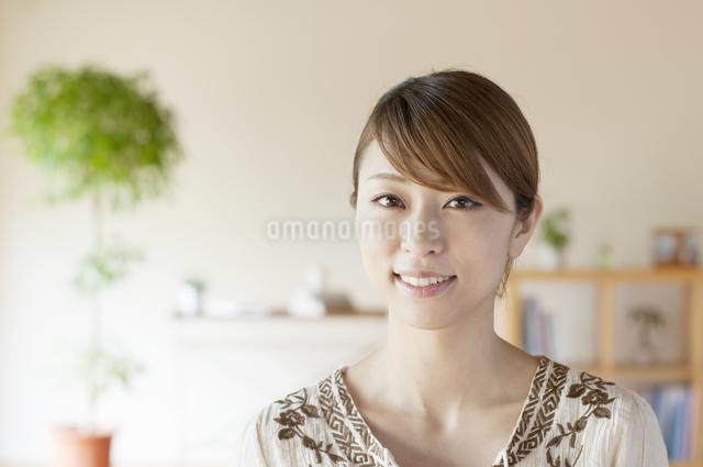 部屋で微笑む女性の写真素材 [FYI04547163]