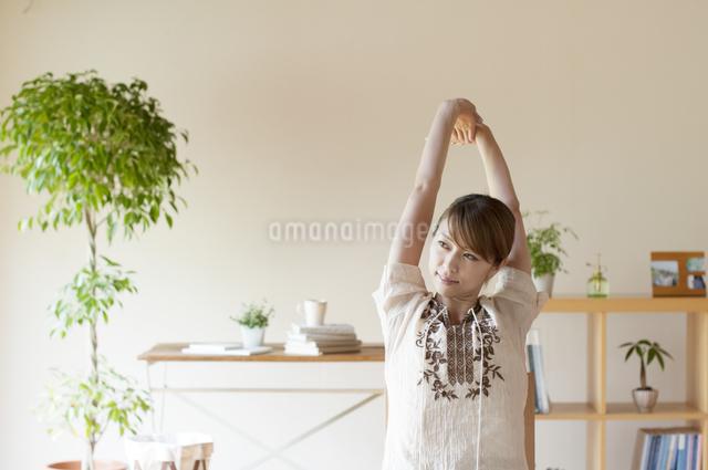 部屋でストレッチをする女性の写真素材 [FYI04547165]