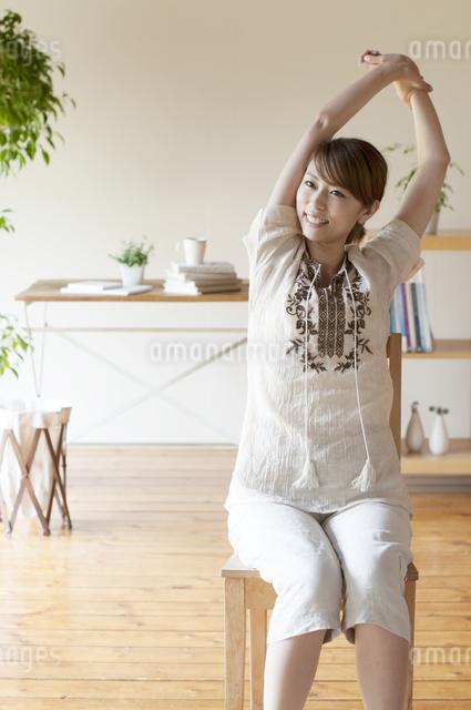 部屋でストレッチをする女性の写真素材 [FYI04547166]