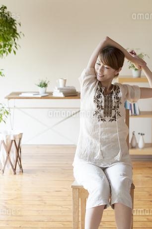 部屋でストレッチをする女性の写真素材 [FYI04547167]