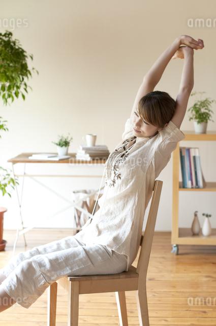 部屋でストレッチをする女性の写真素材 [FYI04547168]