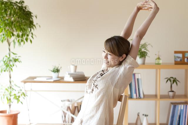 部屋でストレッチをする女性の写真素材 [FYI04547171]