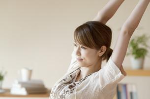部屋でストレッチをする女性の写真素材 [FYI04547172]
