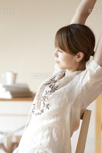 部屋でストレッチをする女性の写真素材 [FYI04547173]