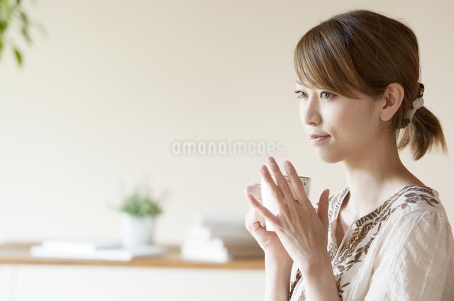 コーヒーを飲む女性の写真素材 [FYI04547174]