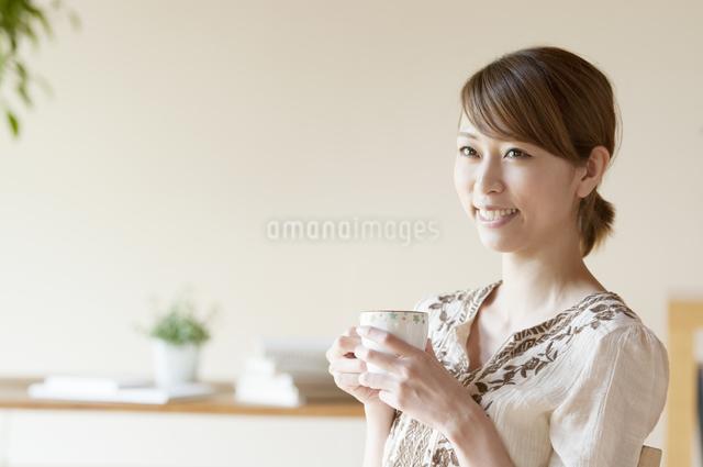 コーヒーを飲む女性の写真素材 [FYI04547178]