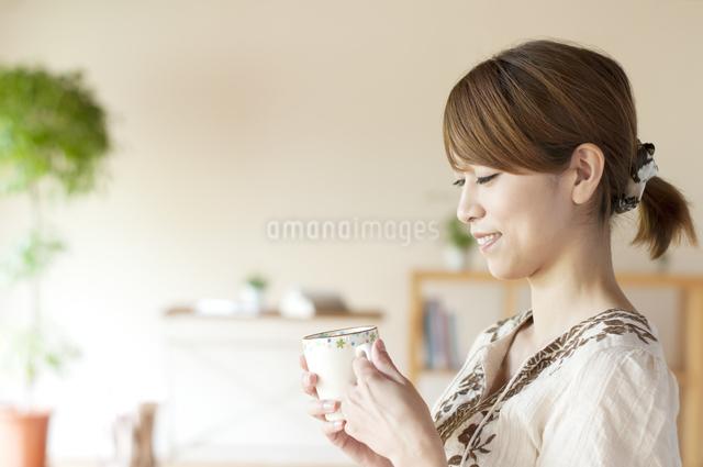 コーヒーを飲む女性の写真素材 [FYI04547182]