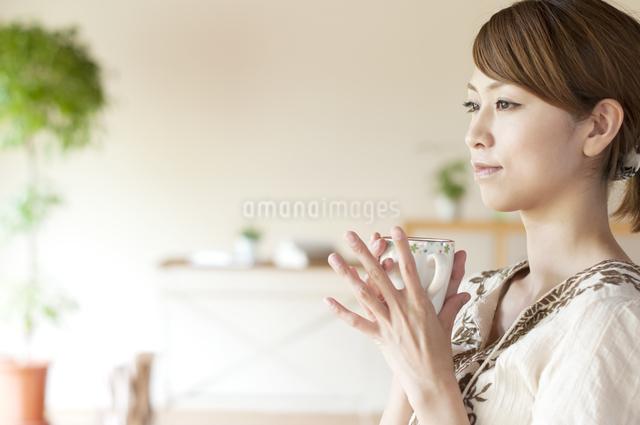 コーヒーを飲む女性の写真素材 [FYI04547183]