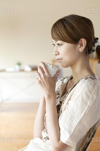 コーヒーを飲む女性の写真素材 [FYI04547186]