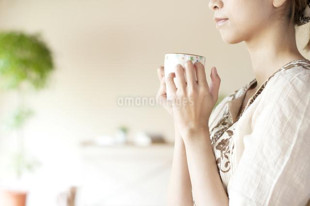 コーヒーを飲む女性の手元の写真素材 [FYI04547187]