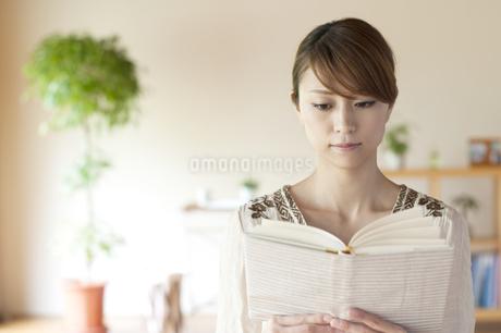 本を読む女性の写真素材 [FYI04547190]
