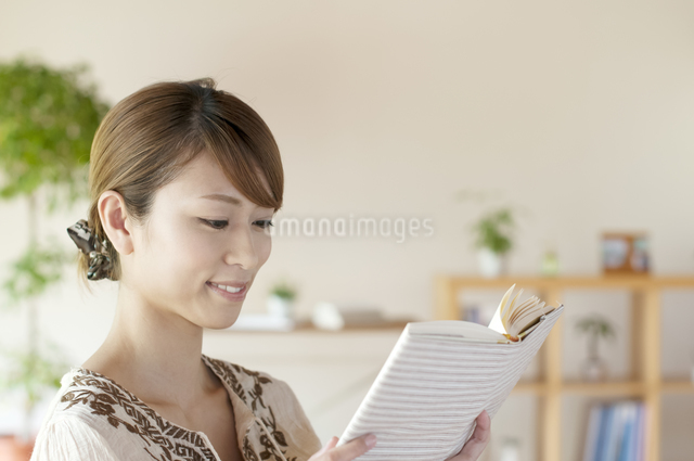 本を読む女性の写真素材 [FYI04547193]