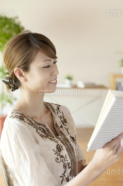 本を読む女性の写真素材 [FYI04547195]