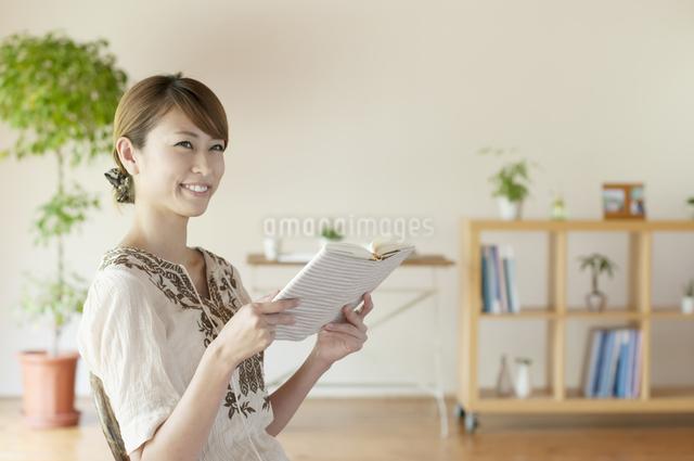 本を読む女性の写真素材 [FYI04547200]