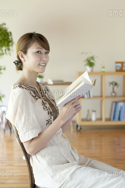 本を読む女性の写真素材 [FYI04547201]