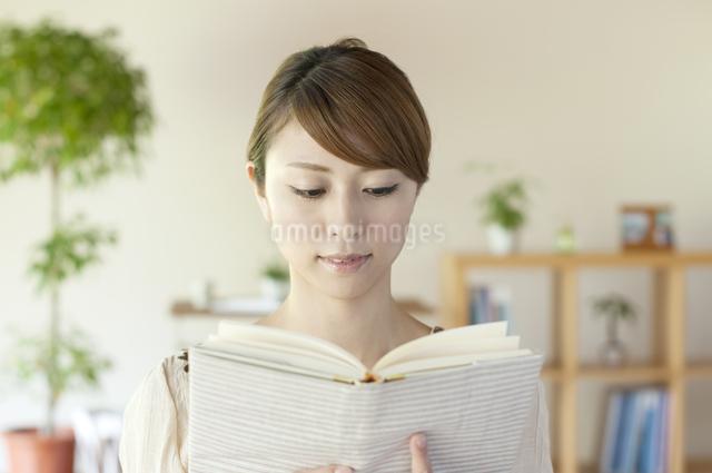 本を読む女性の写真素材 [FYI04547203]