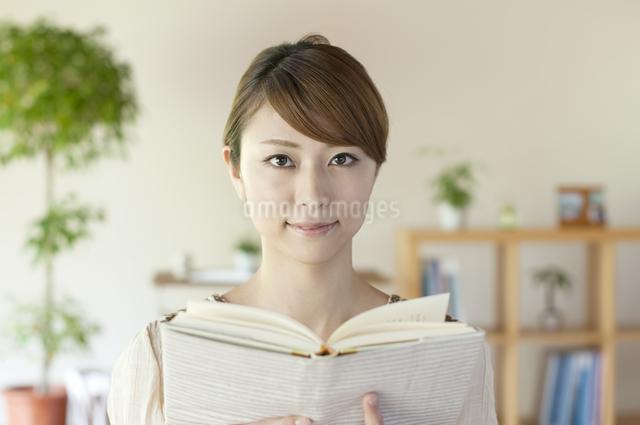 本を読む女性の写真素材 [FYI04547204]