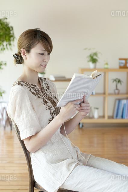 本を読む女性の写真素材 [FYI04547205]