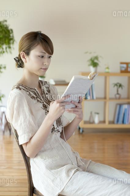 本を読む女性の写真素材 [FYI04547206]