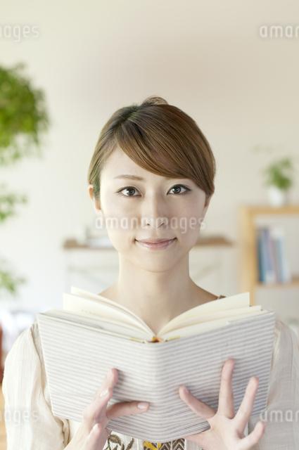 本を読む女性の写真素材 [FYI04547207]