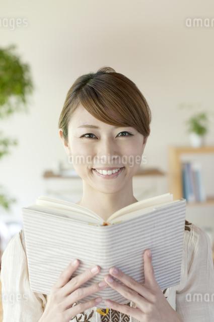 本を読む女性の写真素材 [FYI04547208]