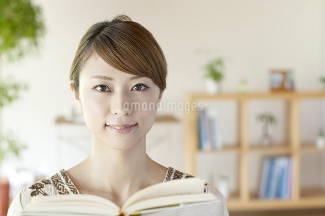 本を読む女性の写真素材 [FYI04547213]
