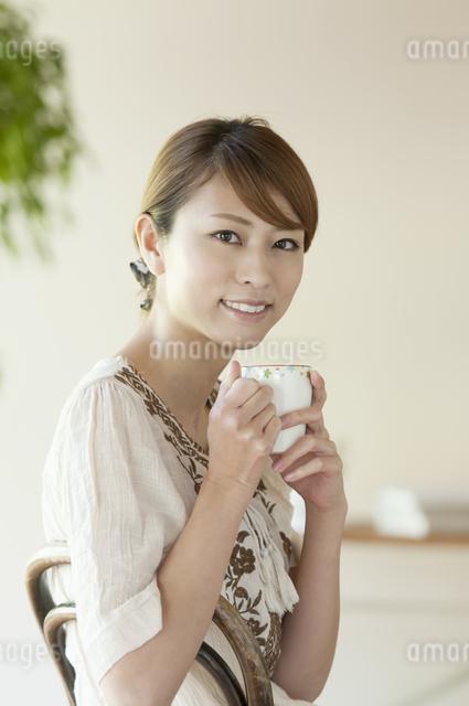 コーヒーを飲む女性の写真素材 [FYI04547231]
