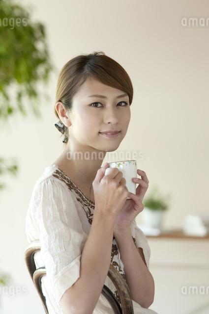 コーヒーを飲む女性の写真素材 [FYI04547232]