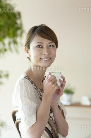 コーヒーを飲む女性の写真素材 [FYI04547233]