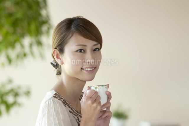 コーヒーを飲む女性の写真素材 [FYI04547236]