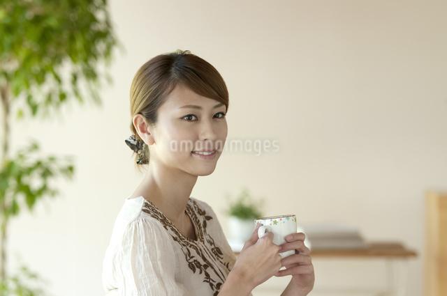 コーヒーを飲む女性の写真素材 [FYI04547238]