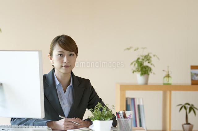 デスクワークをするビジネスウーマンの写真素材 [FYI04547239]