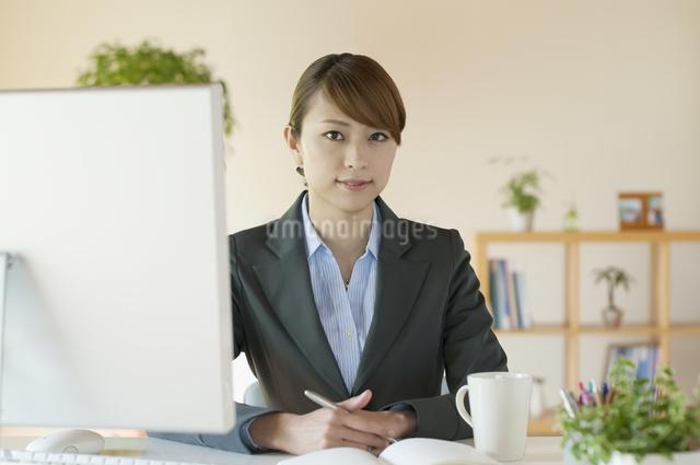 デスクワークをするビジネスウーマンの写真素材 [FYI04547241]