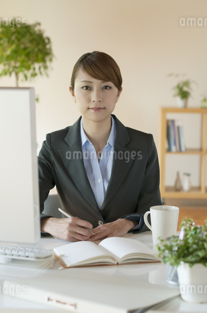 デスクワークをするビジネスウーマンの写真素材 [FYI04547244]