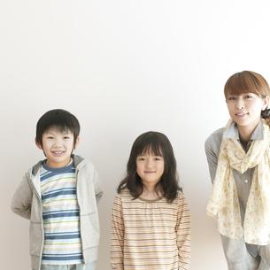 微笑む親子の写真素材 [FYI04547287]
