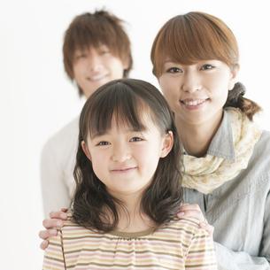 微笑む家族の写真素材 [FYI04547305]