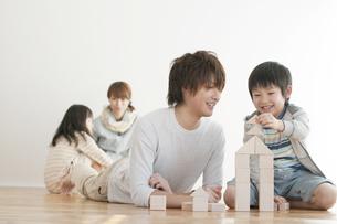 積み木で遊ぶ親子の写真素材 [FYI04547331]
