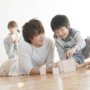 積み木で遊ぶ親子の写真素材 [FYI04547339]