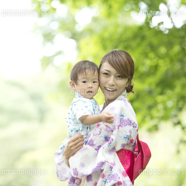 子供を抱き微笑む母親の写真素材 [FYI04547418]