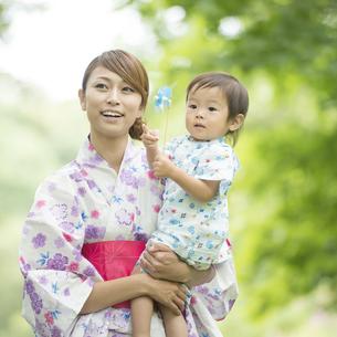 子供を抱き微笑む母親の写真素材 [FYI04547433]
