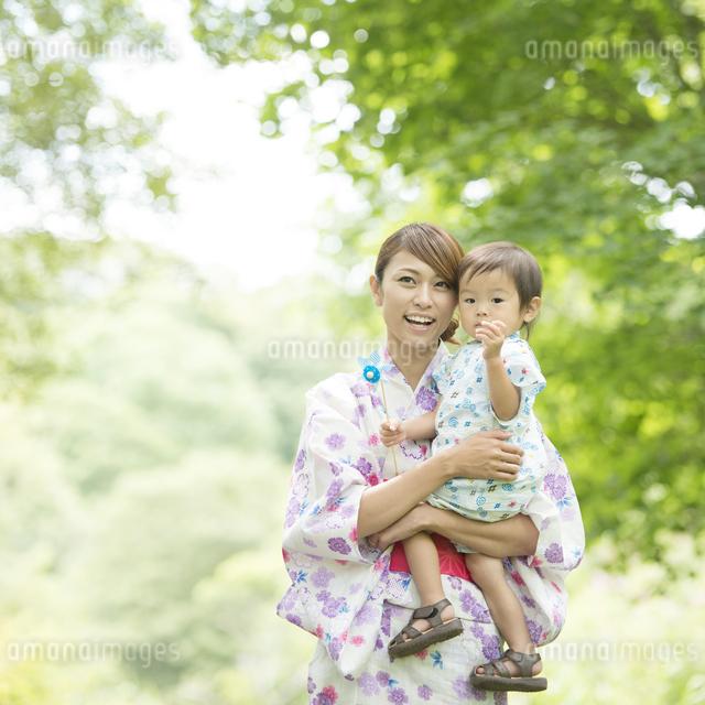 子供を抱き微笑む母親の写真素材 [FYI04547435]